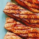 Жареный лосось на гриле под сладко-пряной корочкой