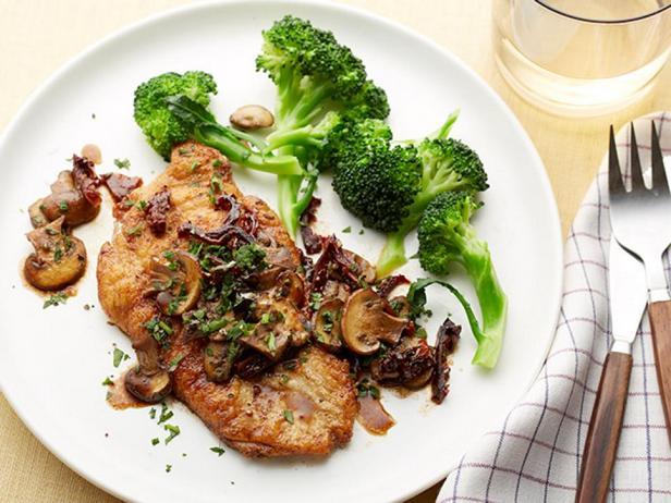 № 46: Жареная курица на сковороде с грибным соусом