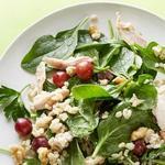 Салат с курицей, шпинатом и виноградом