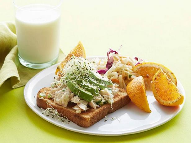 Фото Бутерброд с тунцом, авокадо и апельсином с гарниром из Коул Слоу