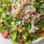 Крабовый салат с авокадо и сухариками
