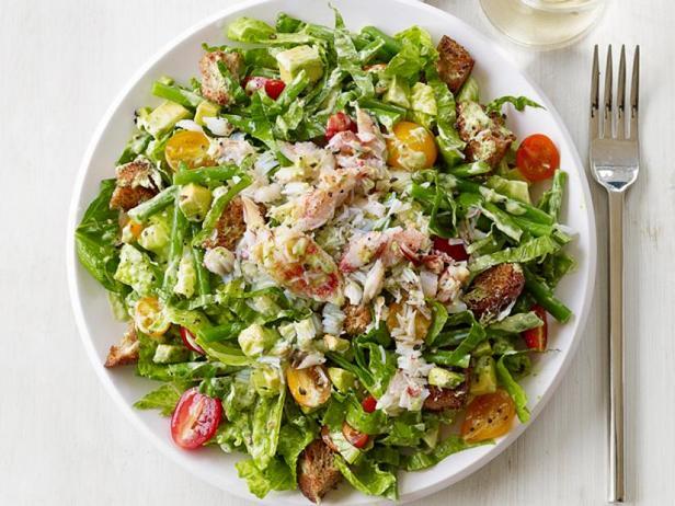 Фото Крабовый салат с авокадо и сухариками