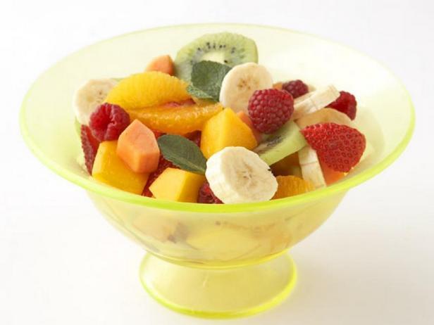 Салат из свежих фруктов с мятой