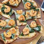 Пицца с соусом песто из капусты кейл и креветками скампи