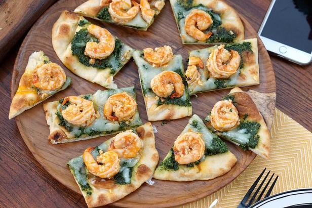 Фото Пицца с соусом песто из капусты кейл и креветками скампи