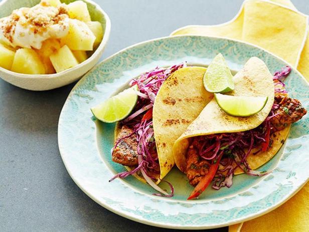 Фото Такос с жареной свининой, капустой и ананасами