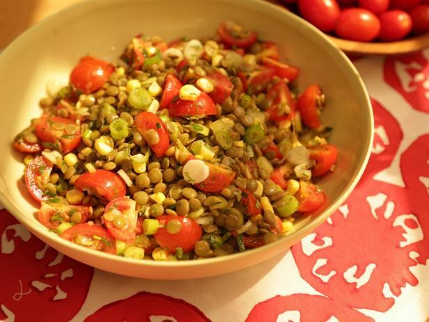 Томатно-кукурузный салат с чечевицей