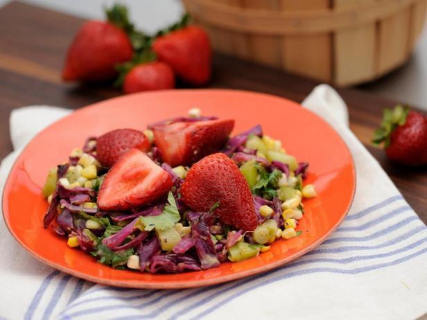 Салат из красной капусты на гриле с заправкой из авокадо