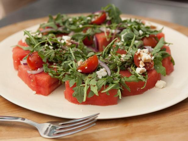 Арбузные ломтики с помидорами черри, фетой и рукколой