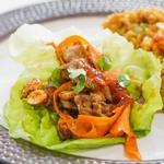 Закуска из острой индейки на салатных листьях с джемом из красного перца