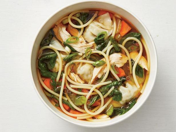 Фото Куриный суп с макаронами и азиатскими пельменями