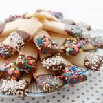 Шоколадное печенье с разными топпингами
