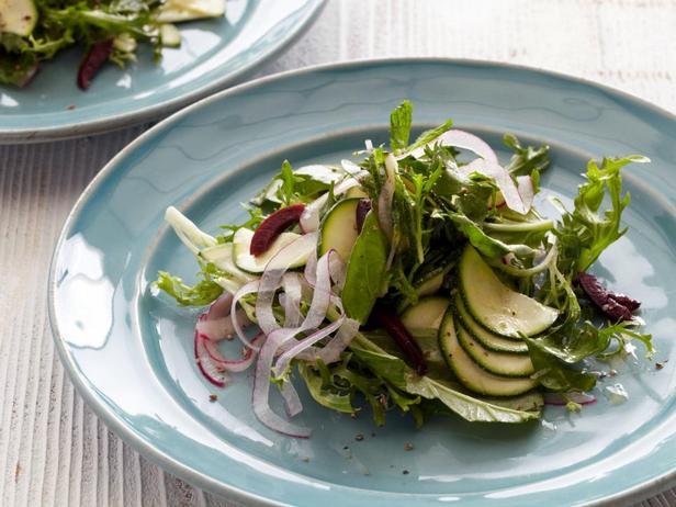 Листовой салат фризе с цуккини и заправкой из анчоусов