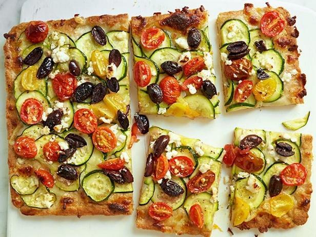 Пицца из цельнозерновой муки с помидорами черри и кабачками