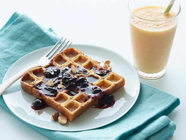 Французские тосты в вафельнице с черничным соусом и морковно-имбирный смузи