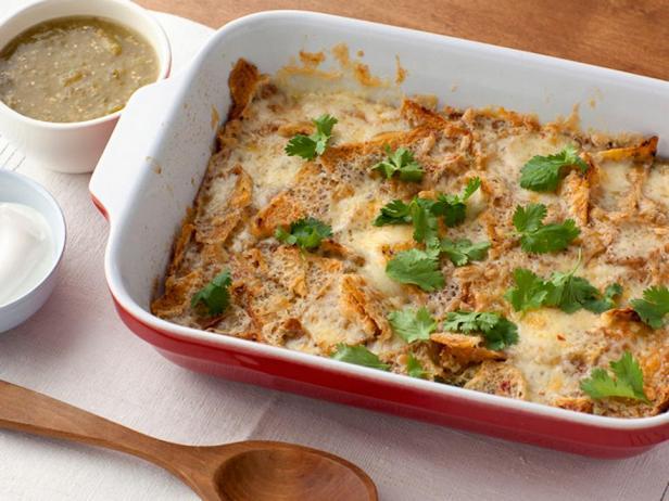 Чилакилес - запеканка с хрустящими чипсами, сыром и яйцом