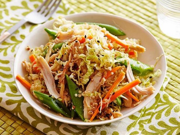 Азиатский салат с курицей и киноа