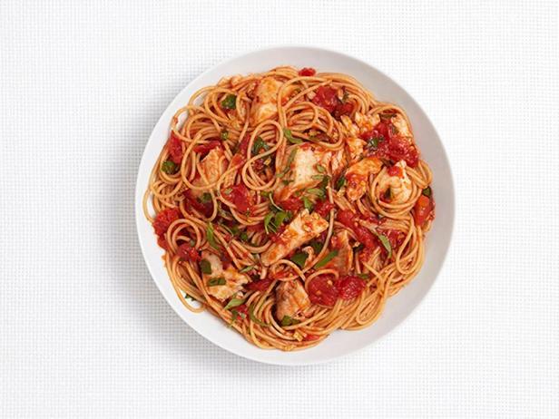 Спагетти с тилапией в остром томатном соусе
