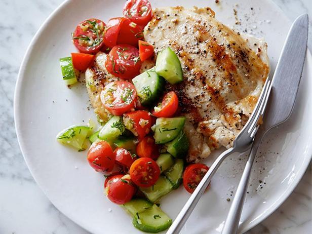 Жареная курица с салатом из помидоров и огурцов