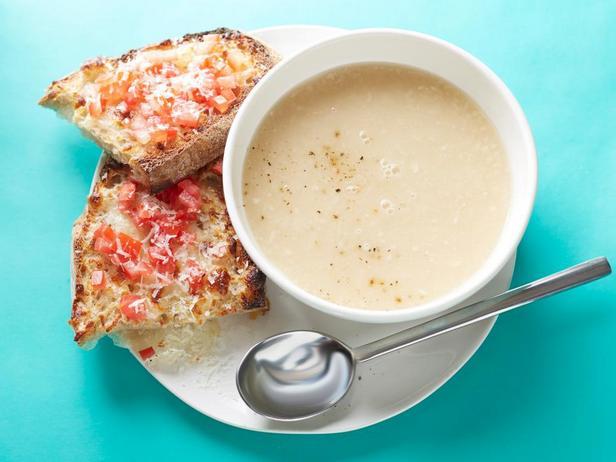 Фасолевый суп-пюре с сырными тостами за 10 минут
