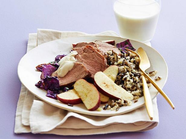 Фото Свинина с капустой в духовке с гарниром из дикого риса и пряных яблок