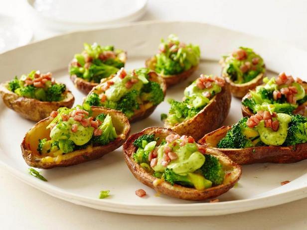 Фото Картофельные шкурки с начинкой из брокколи, чеддера и кремом из авокадо