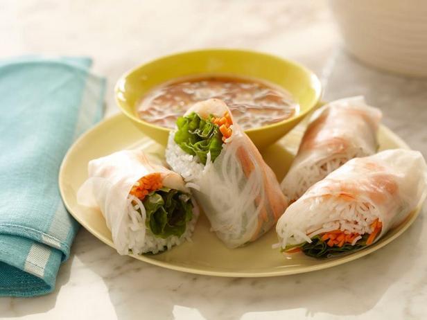 Фото Мягкие азиатские летние роллы с кисло-сладким дип-соусом