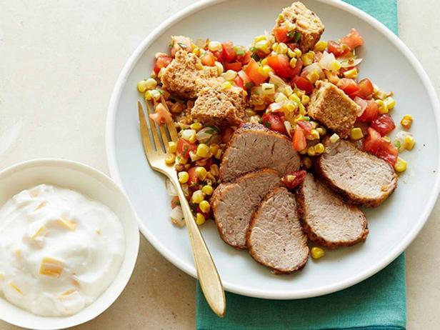 Свиная вырезка с салатом панцанелла с кукурузой