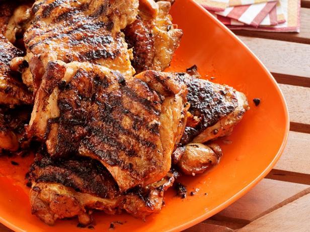 Куриные бедра на гриле в чесночно-имбирном маринаде
