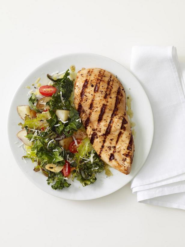 Жаренные на гриле куриные грудки с теплым салатом