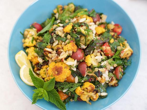 Салат из чечевицы и пасты орзо с печёной цветной капустой, мангольдом и зеленью