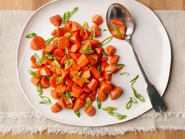 Фото Остро-сладкая морковь с зелёным луком в микроволновке
