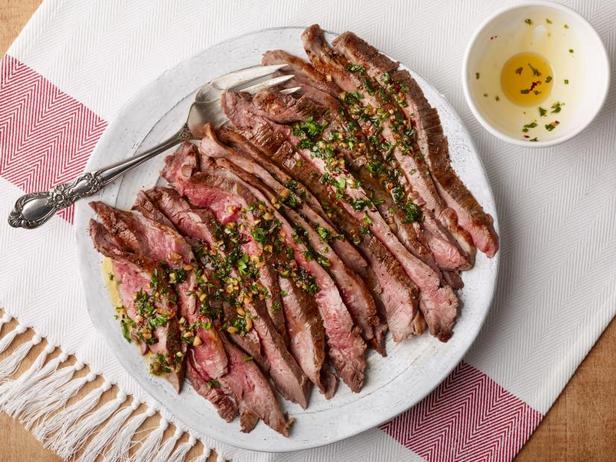 Фото Простой фланк-стейк в духовке с маслом с зеленью