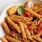 Макароны с сыром, салями, артишоками и оливками