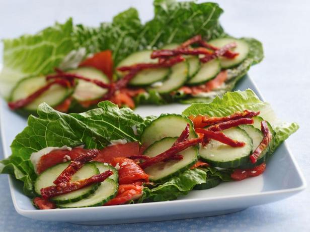 Фото Копчёный лосось на листьях салата