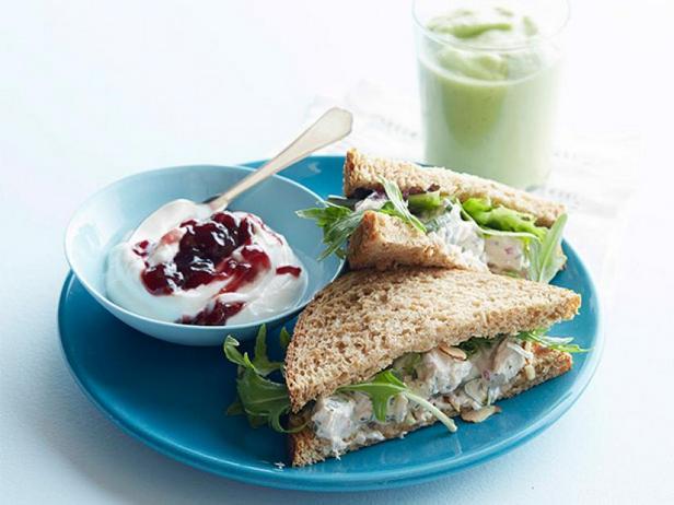 Фото Сэндвичи с курицей, варёной в зелёном чае и смузи с авокадо