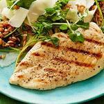 Жареная курица на гриле с салатом из пшеничной крупы