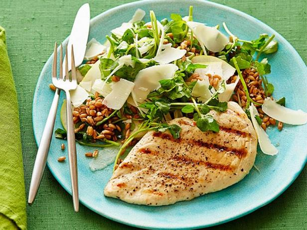 Фото Жареная курица на гриле с салатом из пшеничной крупы