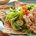 Салат с курицей-гриль и курагой на греческой лепёшке