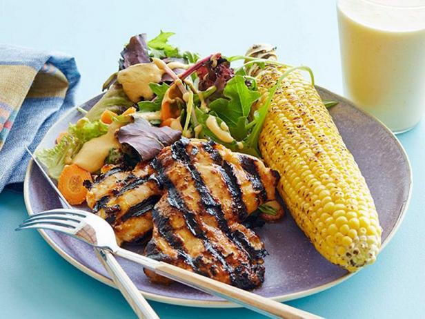 Фото Курица в соусе барбекю с салатной листвой, кукурузой на гриле и смузи
