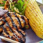 Курица в соусе барбекю с салатной листвой, кукурузой на гриле и смузи