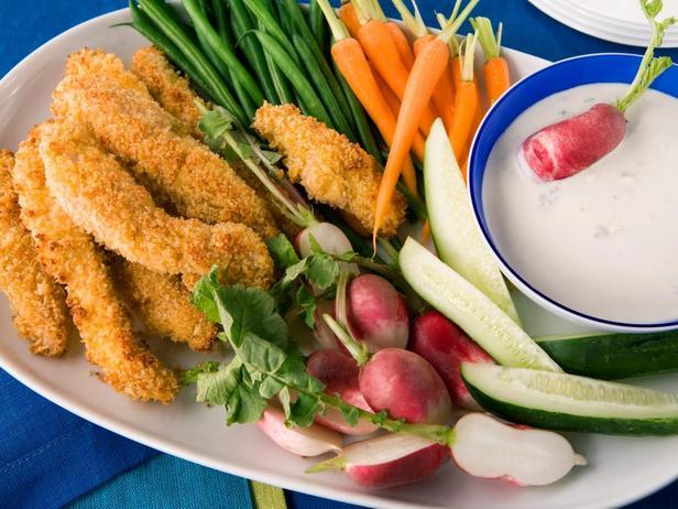 Куриные пальчики в панировке и крудите с дип-соусом из голубого сыра