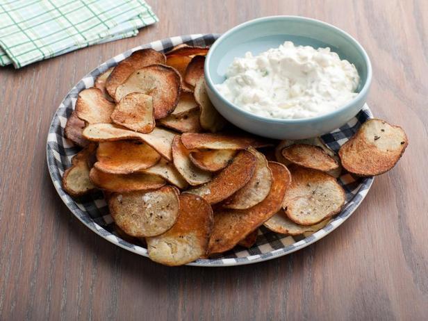 Картофельные чипсы с чёрным перцем и с луковым дип-соусом