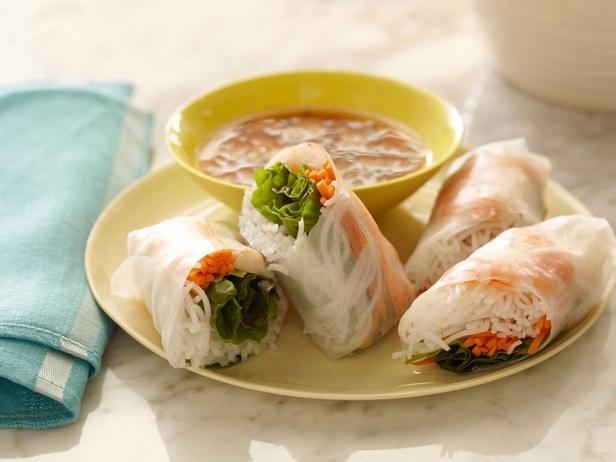 Мягкие азиатские летние роллы с кисло-сладким дип-соусом