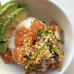 Поке боул из риса с лососем и авокадо