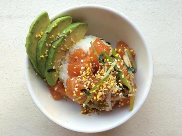 Фото Боул из риса и поке с лососем и авокадо