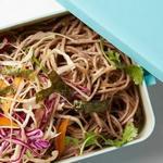 Гречневая лапша и капустный салат для ланч-бокса