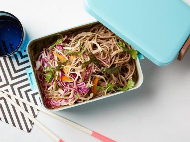 Фото Гречневая лапша и капустный салат для ланч-бокса