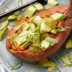 Фаршированный картофель с курицей и авокадо