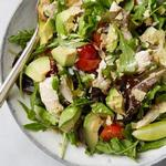 Зелёный салат с курицей, авокадо и кукурузными чипсами